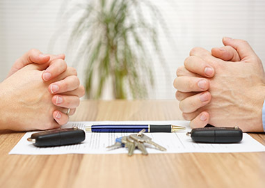 man and woman negotiating divorce